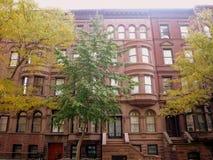 Apartamentos Manhattan de la arenisca de color oscuro Foto de archivo