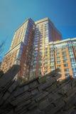 Apartamentos modernos com ajardinar da parede da rocha Imagem de Stock