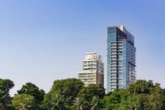 Apartamentos modernos com o céu azul claro Imagens de Stock Royalty Free