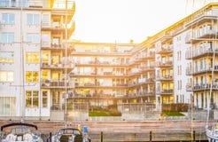 Apartamentos modernos de la orilla del agua fotos de archivo libres de regalías