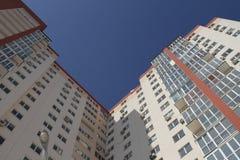 Apartamentos modernos del edificio - planos - balcón - ventanas - cielo azul Imagen de archivo