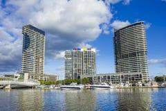 Apartamentos modernos nas zonas das docas em Melbourne durante o dia Imagens de Stock