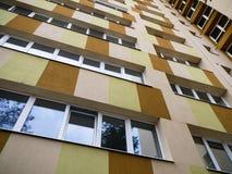 Apartamentos modernos renovados del edificio de la torre imagen de archivo