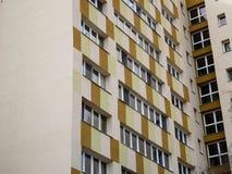 Apartamentos modernos renovados del edificio de la torre imagenes de archivo