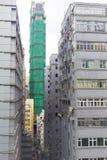Apartamentos nuevos y viejos atestados de la ciudad Foto de archivo libre de regalías