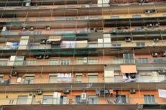 Apartamentos populares en Nápoles, Italia fotos de archivo