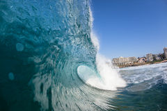 Apartamentos que se estrellan del agua de la ola oceánica imagen de archivo