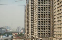 Apartamentos que son construidos en ZhengZhouDong cerca de la estación de tren imagenes de archivo