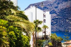 Apartamentos residenciales en el fondo de los acantilados del Los Gigantes, Tenerife, España Imagen de archivo