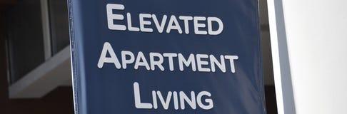 Apartamentos se elevan que imagen de archivo libre de regalías