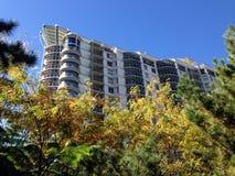 Apartamentos sobre jardines Foto de archivo libre de regalías