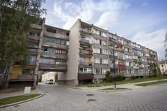 Apartamentos soviéticos viejos del bloque Imagenes de archivo