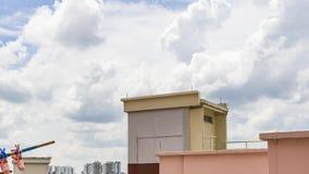 Apartamentos tradicionales de Timelapse Singapur con la nube que mueve encendido el cielo azul almacen de video