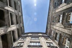 Apartamentos velhos com o céu azul brilhante imagens de stock