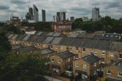 Apartamentos viejos y metrópoli moderna en el horizonte fotografía de archivo
