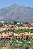 Apartamentos y casas urbanas costosos en Nueva Andalucía en España Imagen de archivo libre de regalías
