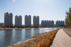 Apartamentos y lago Fotografía de archivo