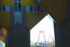 Apartamentos y oficinas dentro de las casas c?bicas de Rotterdam, ciudad metropolitana fotos de archivo