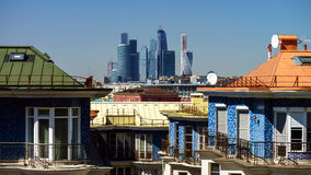 Apartamentos y skyscrappers modernos de la ciudad de Moscú Imagenes de archivo