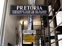 Apartheids-Museumszeichen nahe bei dem Eingang Stockfotos