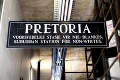 Apartheids-Museumszeichen nahe bei dem Eingang Lizenzfreie Stockbilder