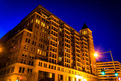 Apartment building at night in Washington, DC. Royalty Free Stock Photos