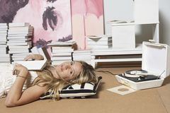 apartment floor her reading Στοκ φωτογραφία με δικαίωμα ελεύθερης χρήσης