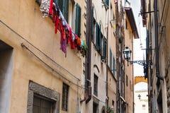 Apartmenthäuser auf Straße in der Mitte von Florenz Lizenzfreies Stockfoto
