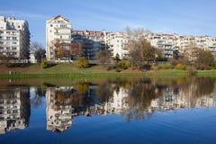 Apartmenthäuser durch den See in Warschau Stockbild