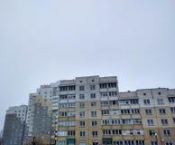 Apartmenthaus in deprimiertem lizenzfreie stockfotografie