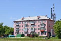 Apartmenthaus in einer kleinen provinziellen Stadt Lizenzfreies Stockfoto