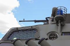 APC στρατιωτικής αστυνομίας πυροβόλο όπλο Στοκ Φωτογραφίες