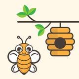 Ape del fumetto con la casa di ape su un ramo Fotografie Stock Libere da Diritti