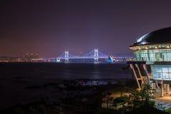 APEC constructivo redondo moderno contra el puente gwangan del diamante Fotografía de archivo libre de regalías