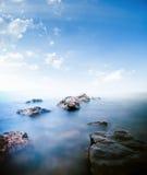 Apedreja o mar calmo Imagens de Stock Royalty Free