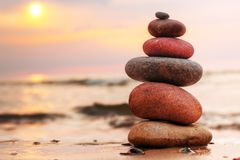 Apedreja a pirâmide na areia que simboliza a harmonia Foto de Stock Royalty Free