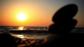 Apedreja a pirâmide no zen de simbolização da praia, harmonia vídeos de arquivo