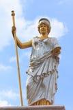 Apedreje a cinzeladura do soldado romano antigo com fundo do céu azul Fotos de Stock
