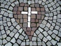 Apedreje a cruz dentro do coração Fotos de Stock Royalty Free