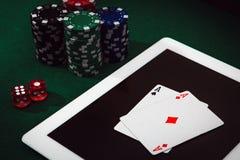 Apego de jogo no Internet Dinheiro da aposta e da vitória que joga o pôquer em linha O casino lasca, carda e corta o empilhamento fotos de stock