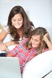 Apego de los adolescentes al Internet Fotos de archivo libres de regalías