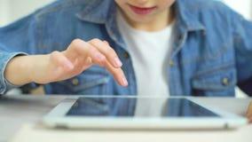 Apego de los niños por Internet almacen de video