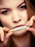 Apego. Muchacha que rompe el cigarrillo. El fumar Quit. Imagen de archivo libre de regalías