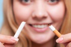 Apego. Muchacha que rompe el cigarrillo. El fumar Quit. Foto de archivo
