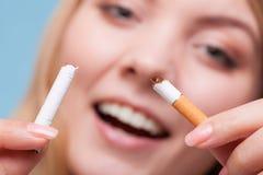 Apego Muchacha que rompe el cigarrillo Salga la imagen antifumador rendida Smoking Fotografía de archivo libre de regalías