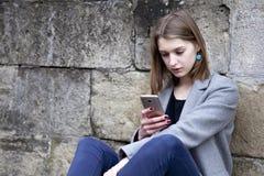 Apego social dos meios mulher bonita nova que guarda um smartpho fotos de stock royalty free