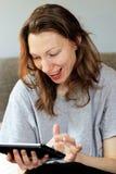 Apego social dos trabalhos em rede da menina eufórico no tempo de café da manhã imagens de stock royalty free