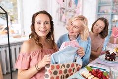 Apelar antecipando a abertura da mulher apresenta para seu bebê fotografia de stock