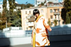 Apelar a fotografia fêmea nova contra brilha do sol imagens de stock royalty free