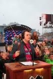 Apeldoorn, die Niederlande - 23. Dezember 2017: 3 DJ das ` s von Radio NPA 3FM werden oben in Haus des Glases zugeschlossen, um m Stockfoto